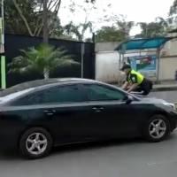 Santo Domingo: Conductor se llevó a un agente de tránsito sobre el capó del vehículo