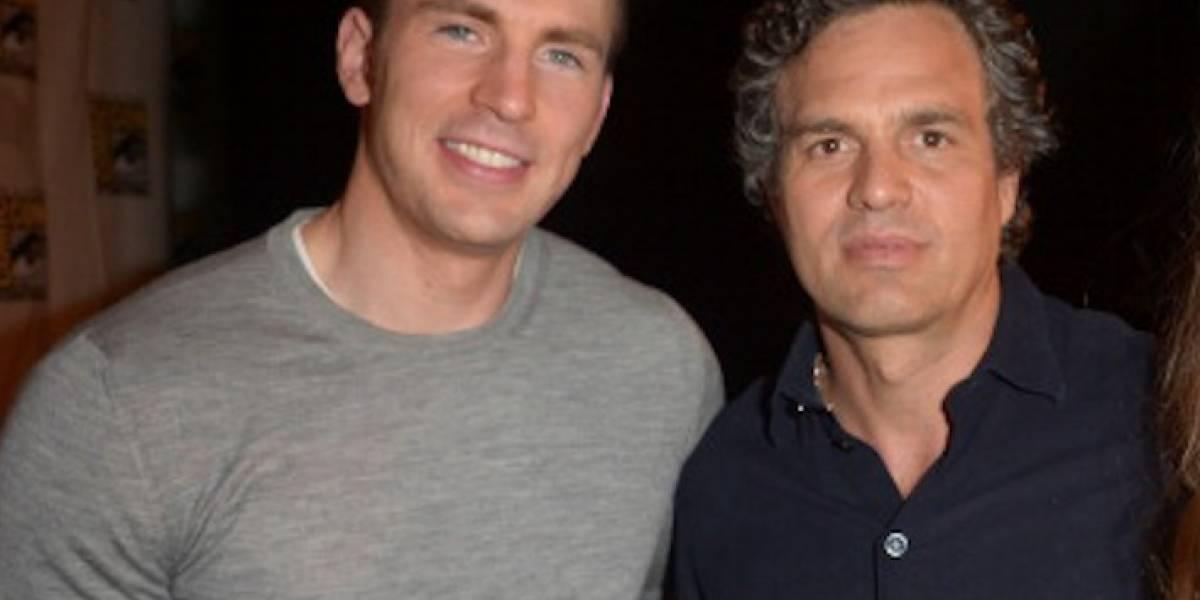 El mensaje de Mark Ruffalo a Chris Evans tras publicar foto íntima por error
