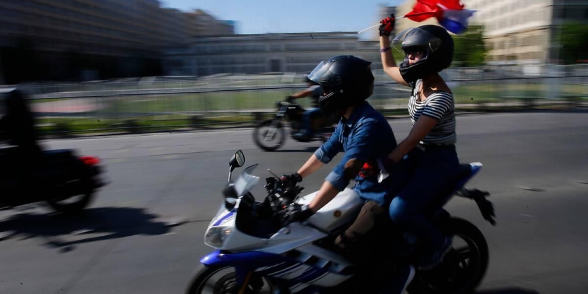 Ingresado por error y retirado por sus autores: el proyecto UDI que busca prohibir los viajes de dos personas en moto