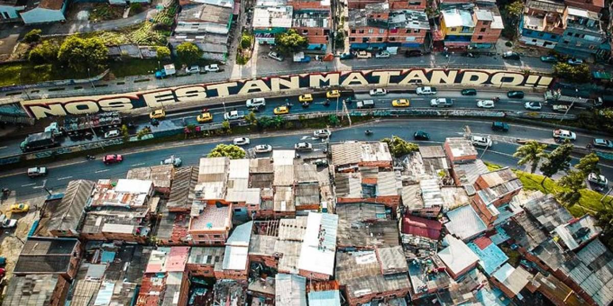 """""""Nos están matando"""": el grafiti que hicieron alrededor de 80 artistas en Medellín"""