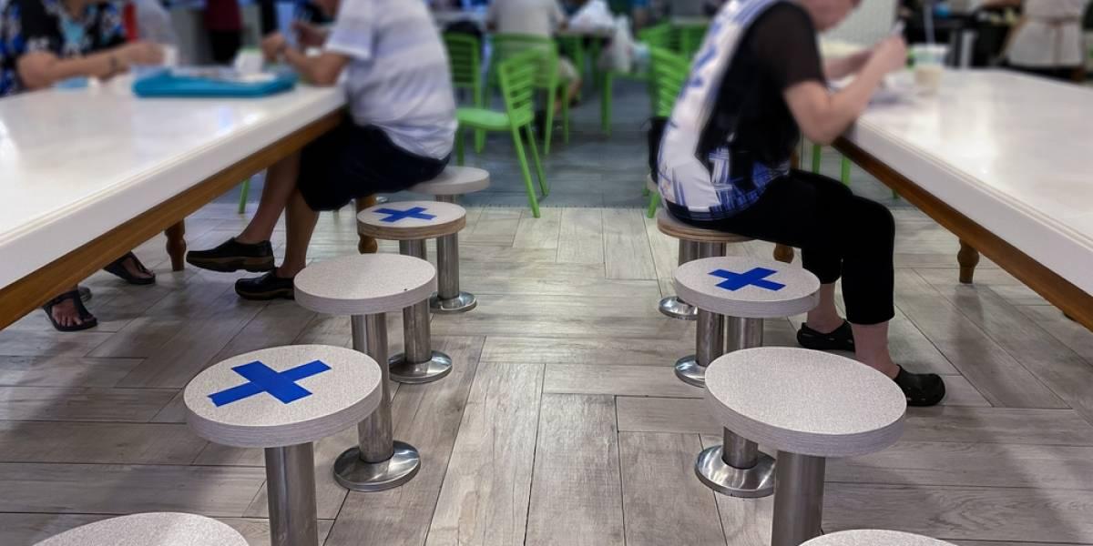 A cuidarse el 18: científicos confirman que ir a restaurantes duplica el riesgo de contagio de covid