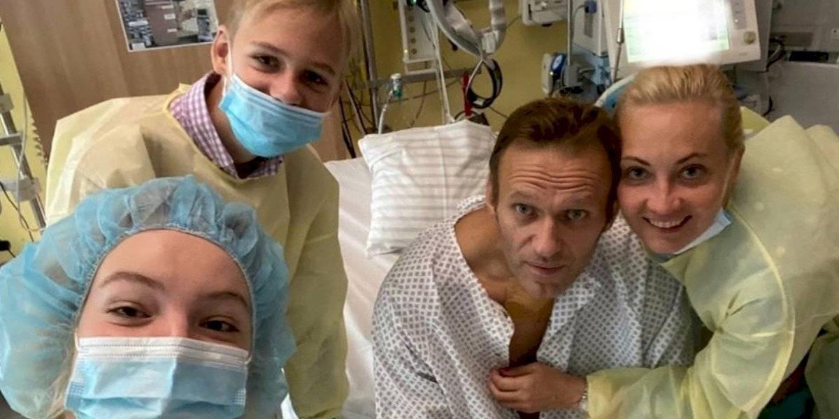 Opositor ruso Alexei Navalny comparte fotografía en el hospital tras despertar del coma