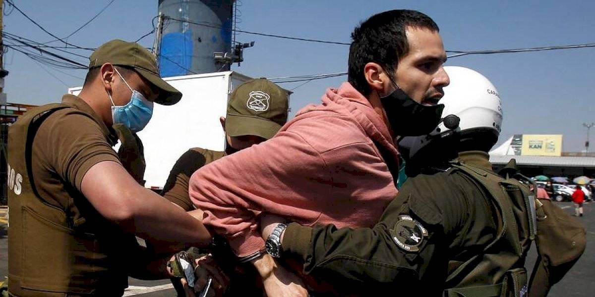 Joven fue detenido por Carabineros tras gritar contra el presidente Sebastián Piñera en la Vega Central