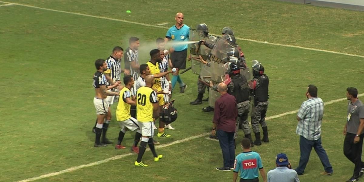 ¡Polémica en el futbol! policías atacan a jugadores con gas pimienta
