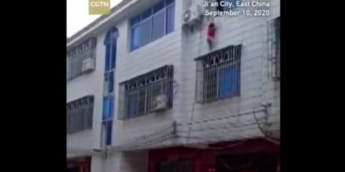 Vídeo de vizinhos salvando criança que caiu de janela de prédio se torna viral no Twitter