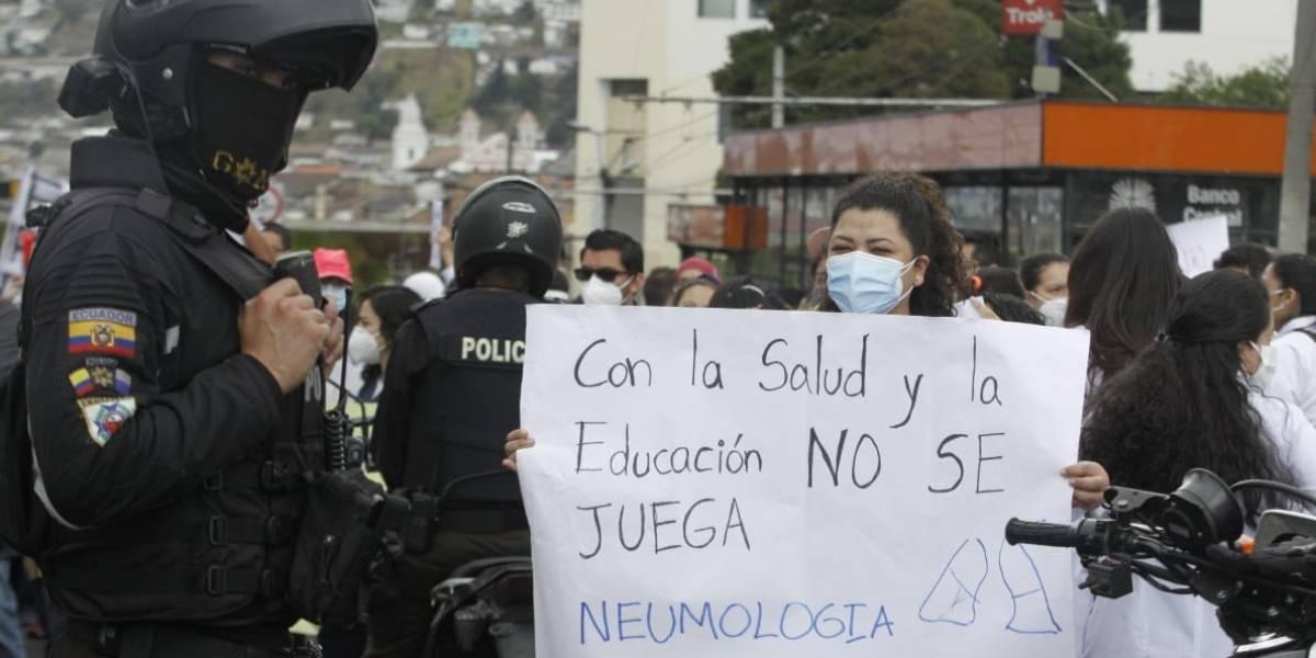 Policías dispersan a médicos posgradistas con gas durante marcha en Quito