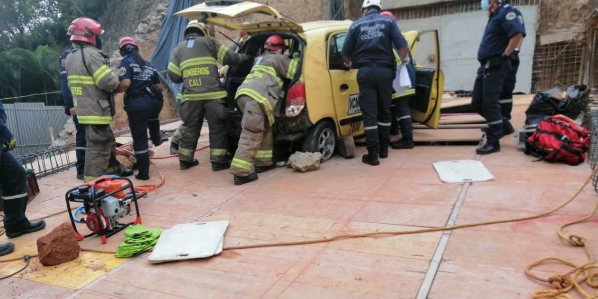 VIDEO: Taxista perdió el control, se fue a un hueco y su pasajero murió
