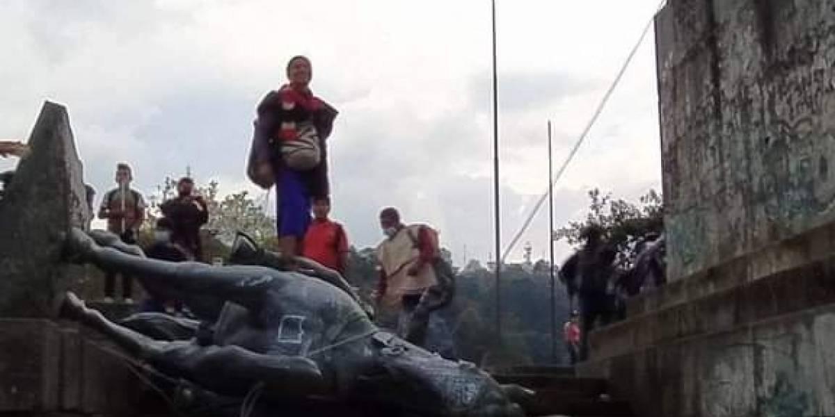 (Video) En un hecho histórico, indígenas del Cauca tumban estatua de Sebastián de Belalcázar