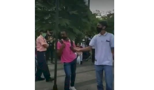 Quisieron protestar contra la Policía y terminaron pidiendo ayuda a los uniformados