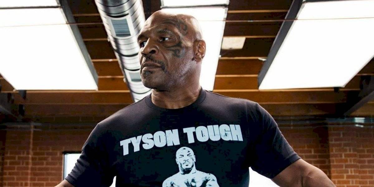 Mike Tyson conecta brutal derechazo en el rostro a su sparring