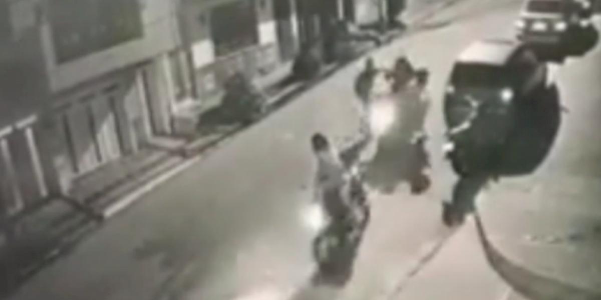 Dos mujeres lucharon contra dos ladrones que las acorralaron para robarles la moto