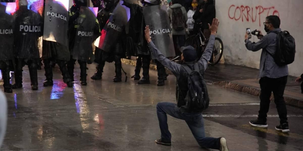 Protestas en Quito: vehículo antimotines dispersó con agua a manifestantes en Plaza de Santo Domingo