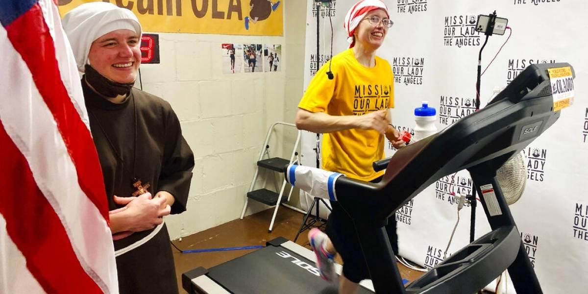 Monja corre maratón en trotadora y recauda $130,000 dólares
