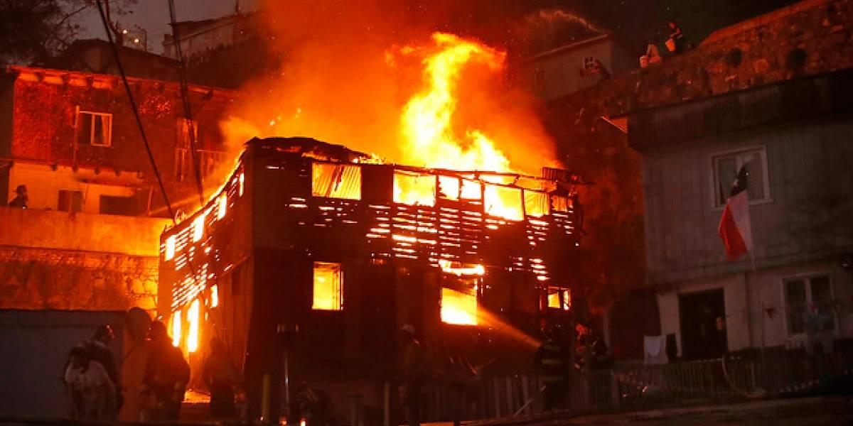 Vecinos agreden a bombero cuando combatían incendio en Valparaíso