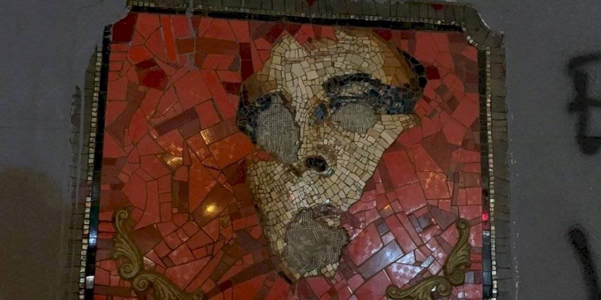 Vandalizan mosaico en homenaje a Pedro Lemebel en Santiago y alcalde Alessandri se compromete a recuperarlo