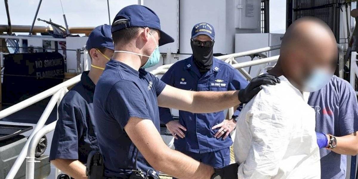 Guardia Costera confisca cocaína con valor de $176,000 y detiene dos contrabandistas