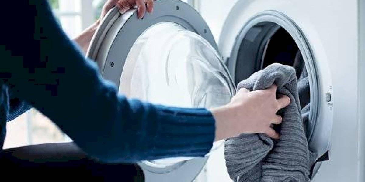 """El enorme problema que provoca las """"pelusas"""" que libera la lavadora para el medio ambiente"""