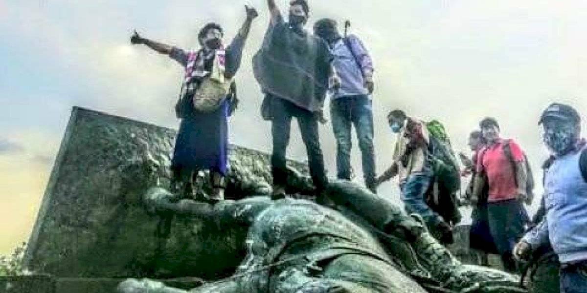 Se acerca la tendencia: indígenas derriban estatua de conquistador español en Colombia