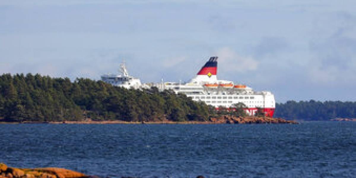 Encalló un gigantesco ferry con 300 pasajeros: le falló la dirección al barco