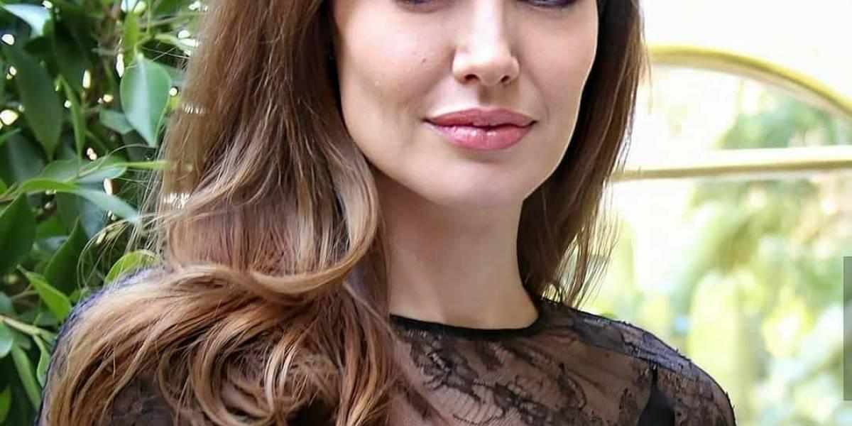 Angelina Jolie deslumbra con un top plisado lila en forma de mariposa y un elegante pantalón skinny negro