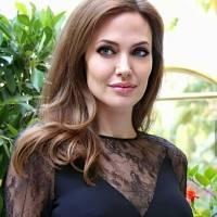 Angelina Jolie enamora en un vestido tipo suéter de cuello tortuga y con botines de cuero en un look de otoño coqueto