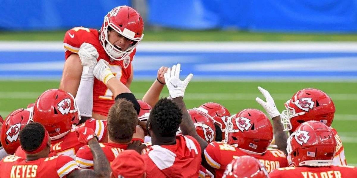 Chiefs vencen a Chargers en apretado partido que se definió en tiempo extra