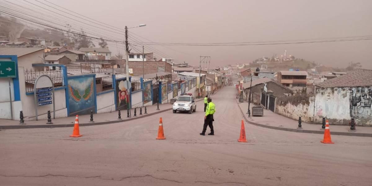 Ceniza de volcán en erupción paraliza aeropuerto — Ecuador
