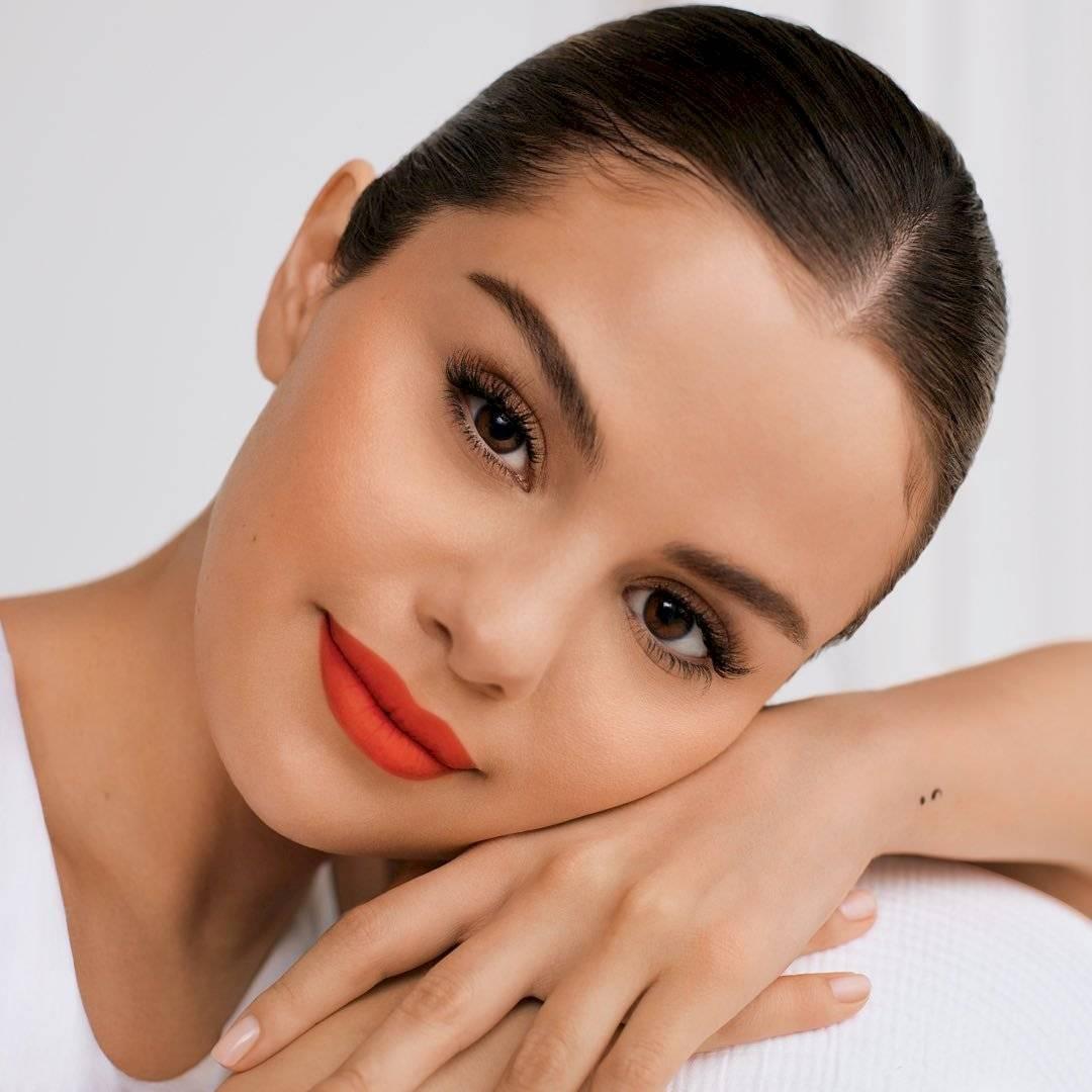 Selena Gomez luce sus fascinante curvas en un conjunto de mini short cachetero y top denim con mangas abullonadas