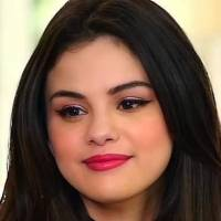 Selena Gomez luce sus fascinante curvas en un conjunto de mini short cachetero y top en denim con mangas abullonadas