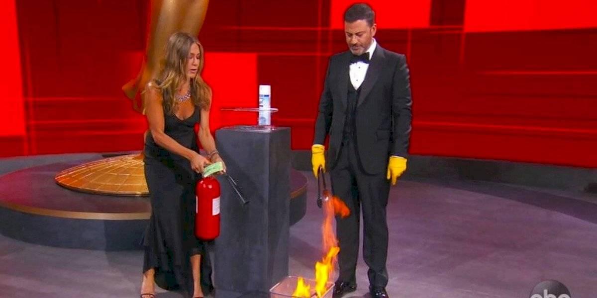 """Jennifer Aniston se roba las miradas en los Emmy: usó extintor de fuego en el escenario y tuvo reencuentro con actrices de """"Friends"""""""