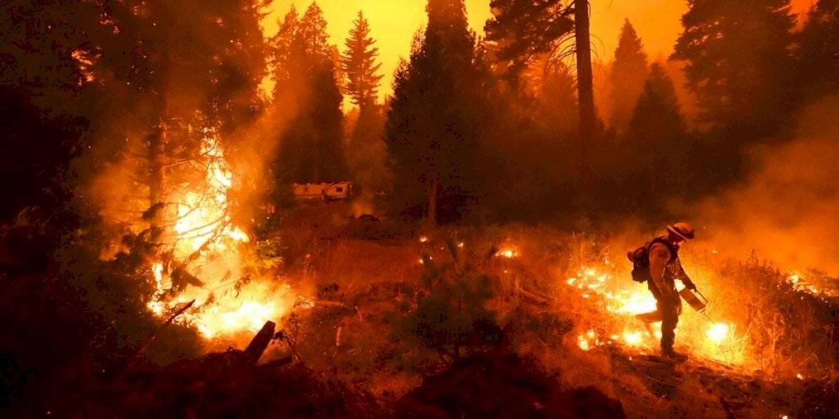 Incendio forestal amenaza hogares en California