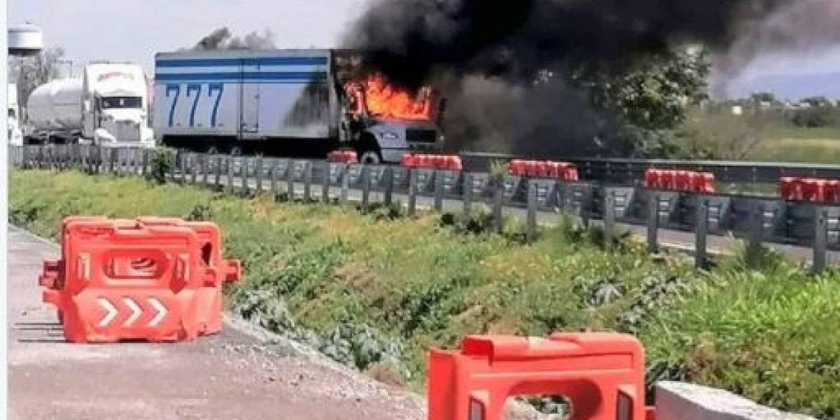 Incendian camión en carretera de Guanajuato, ex funcionaria federal queda atrapada