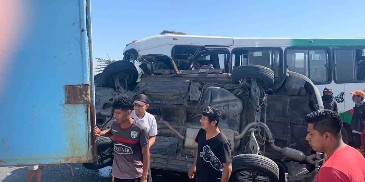 Tres fallecidos en accidente entre bus y vehículo liviano en la vía a la Costa