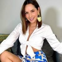 Carmen Villalobos con coqueto mini top de cuadros y jeans a la cadera enamora moviendo su cuerpo