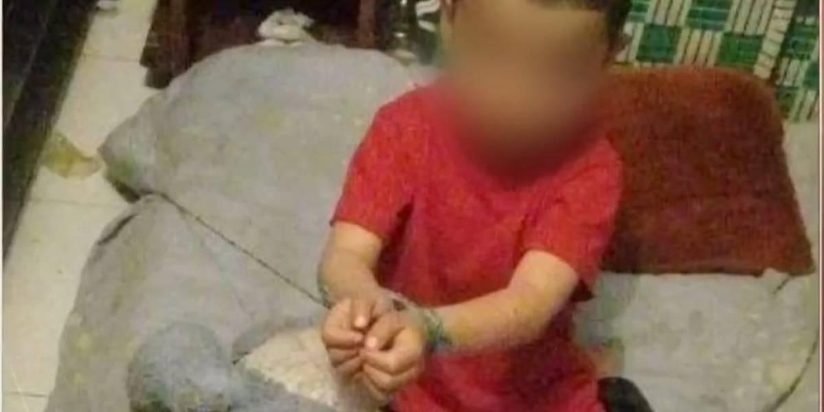 """(Video) Encuentran a niño de 3 años amarrado a su cama: """"si me quito las cuerdas me regañan"""""""
