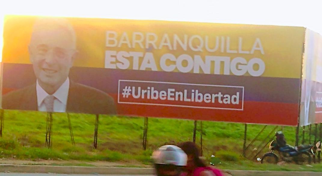 (Video) Manifestantes destrozaron valla que pedía la libertad de Álvaro Uribe