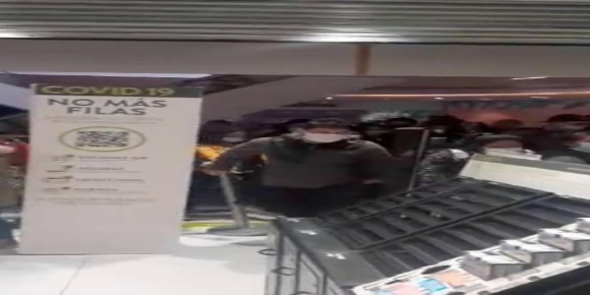 Ya es demasiado: locura total y cero distanciamiento por entrar a tienda de mall en Independencia