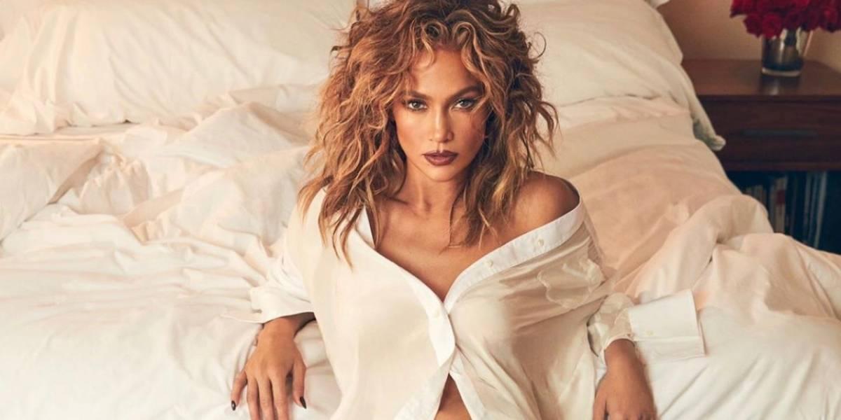 Chinos y volumen es el look retro con el que la cantante Jennifer López recibe al otoño