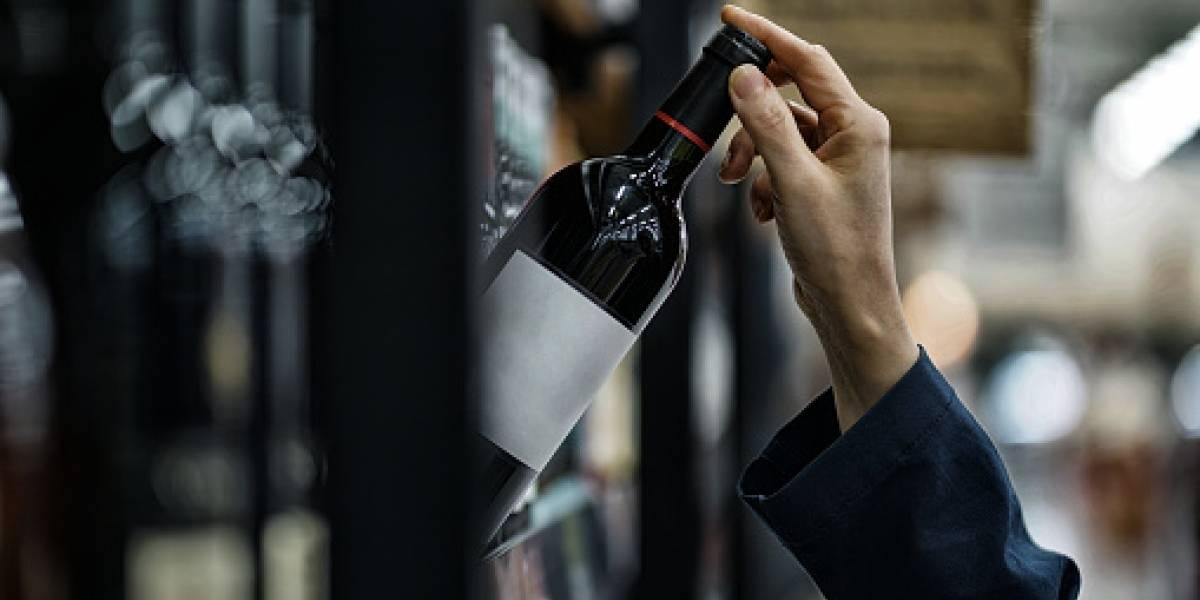Una mujer destruyó estantes con vino porque le pidieron respetar normas de bioseguridad