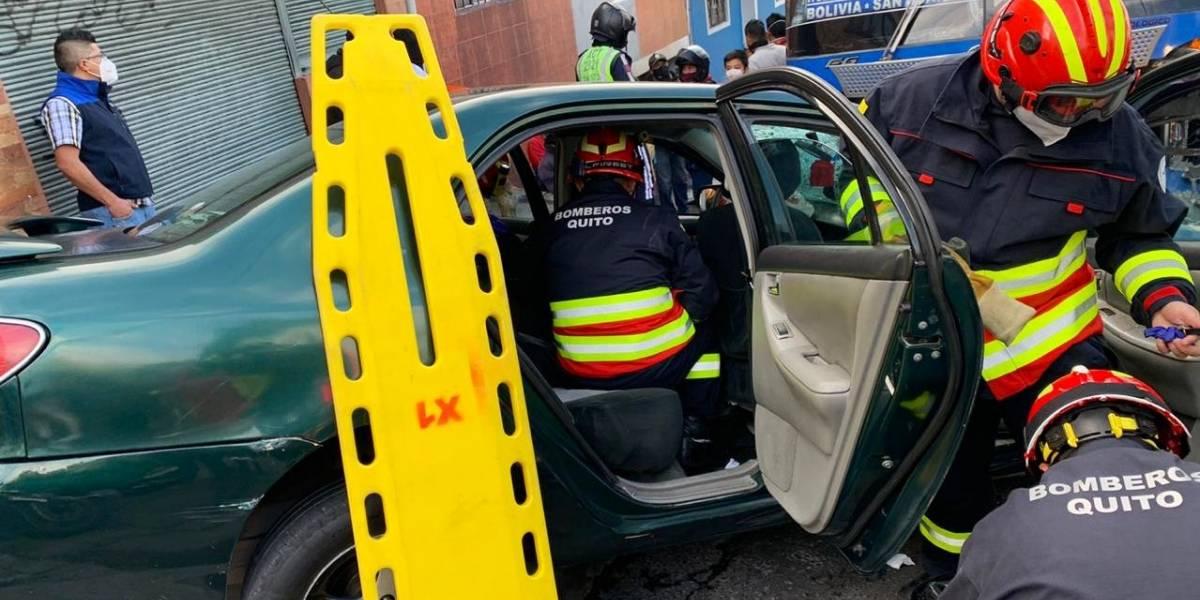 Quito: Choque entre bus de pasajeros y vehículo deja un herido en el sector Toctiuco