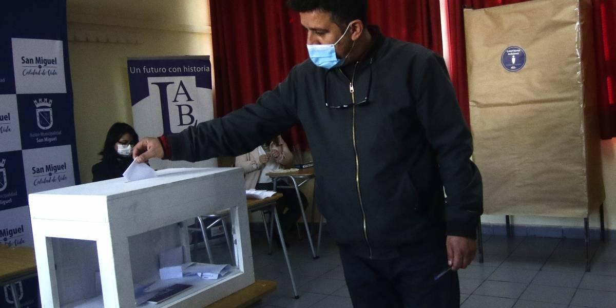 "Encuestas dan claro triunfo al ""Apruebo"" a un mes del Plebiscito Constitucional"