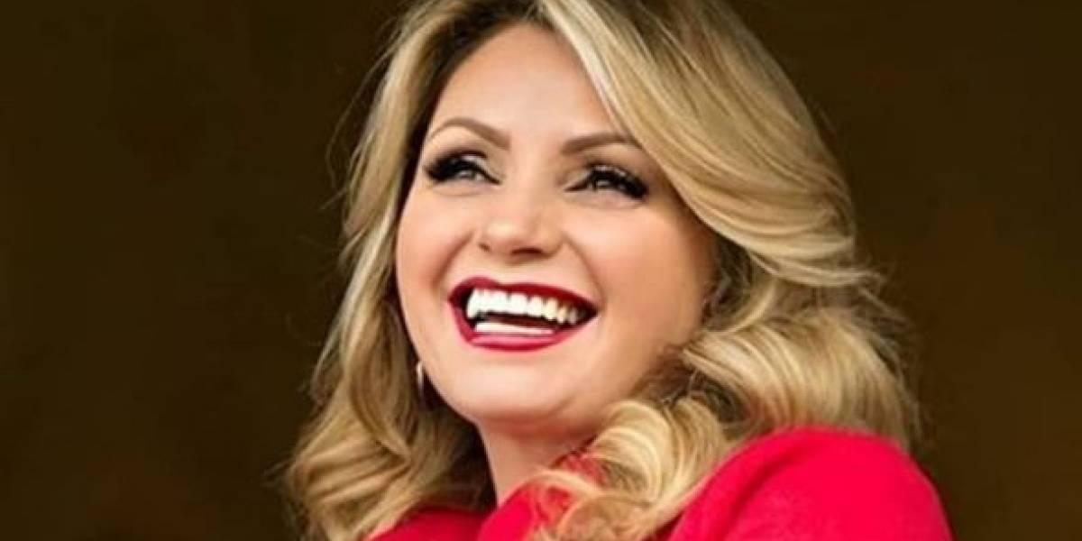 Angélica Rivera impacta con pantalón de mezclilla gastado y top off shoulder color salmón