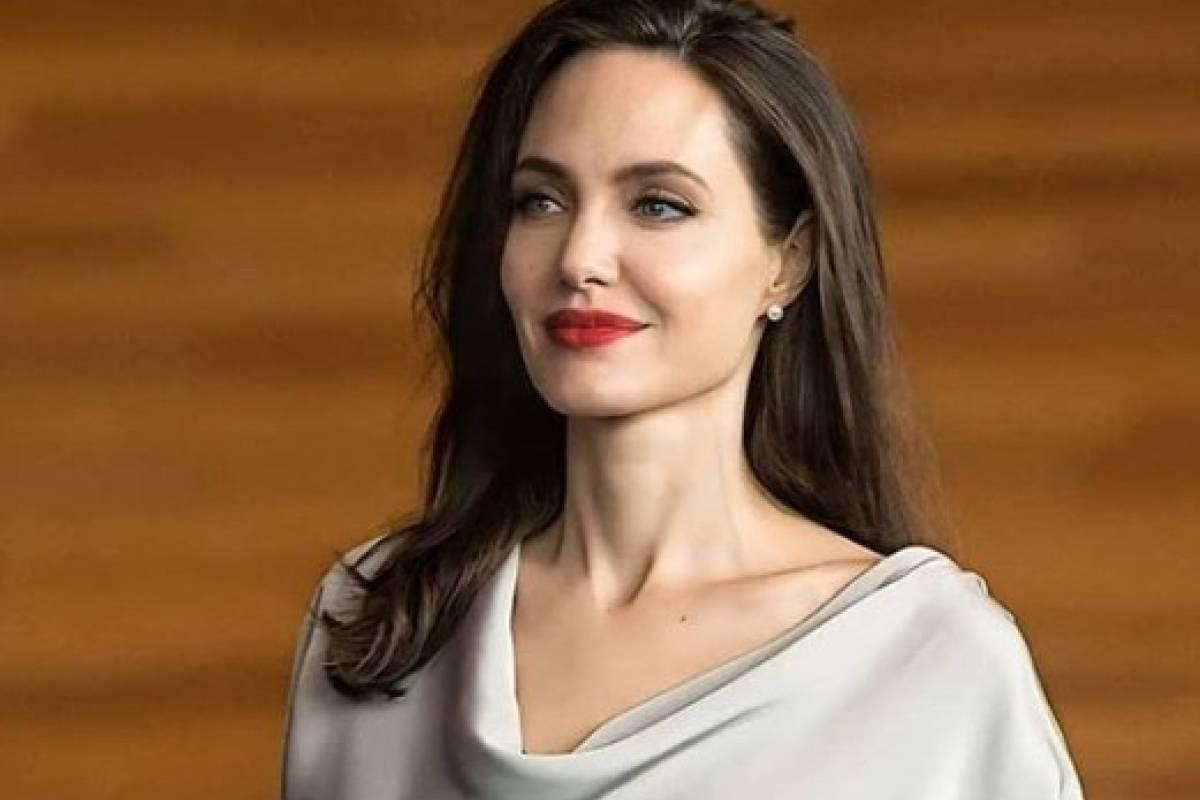 Angelina Jolie se convirtió en una diosa egipcia con vestido dorado de  látex | Publimetro México