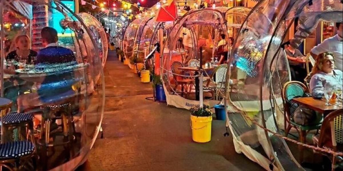 Con mesas dentro de burbujas, retaurante combate al coronavirus