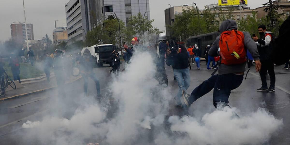 Manifestaciones en Plaza Italia: protesta de Tens en forma pacífica y encapuchados con barricadas
