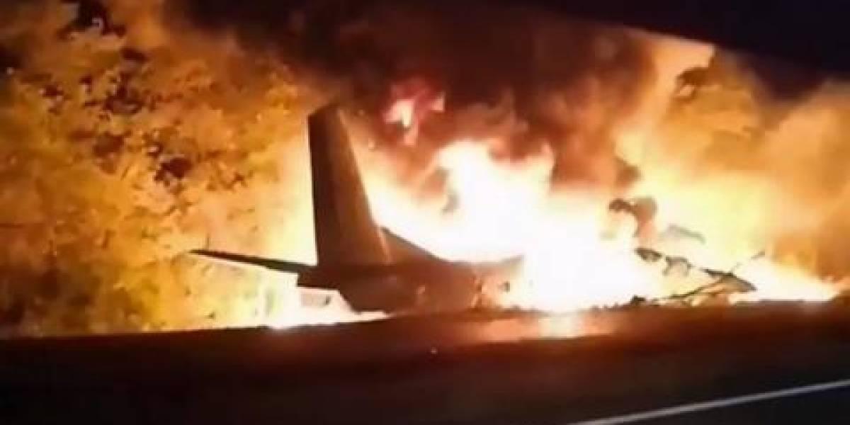 Momento en el que se estrella avión militar, dejando 26 fallecidos