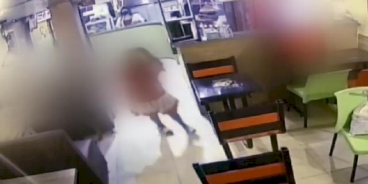 Niña fue brutalmente golpeada en un restaurante por la que sería su madre