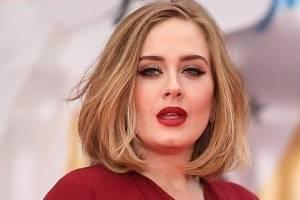 Adele muestra cómo llevar un pantalón rosa con el mayor estilo y elegancia