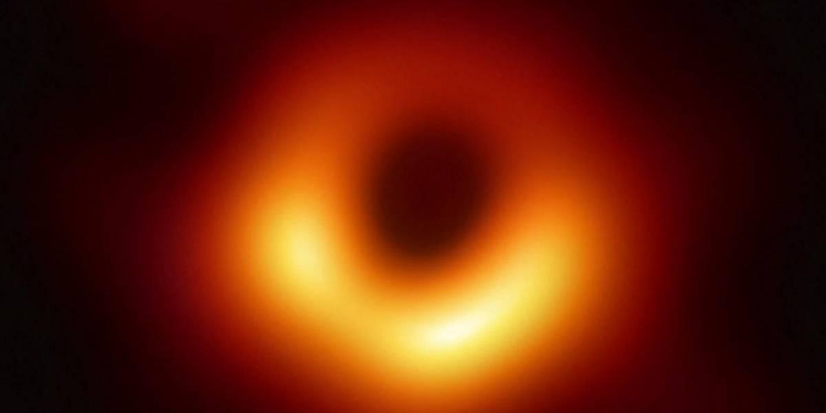 El brillo alrededor del primer agujero negro fotografiado cambia su intensidad a medida que rota