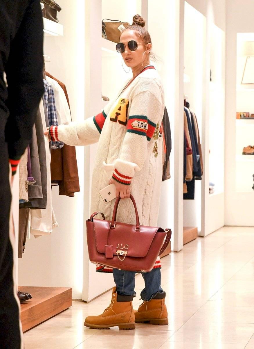 De compras combinadas con un largo abrigo, las botas de obrero se les ven espectacular a Jennifer Lopez